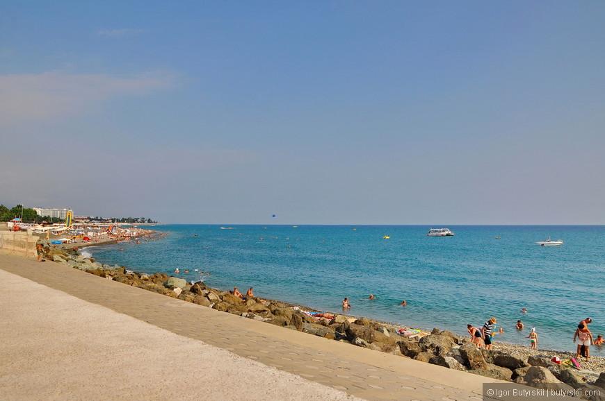 03. Пляж, конечно же, с галькой, причем крупной. Никакого песка тут нет, только камни.