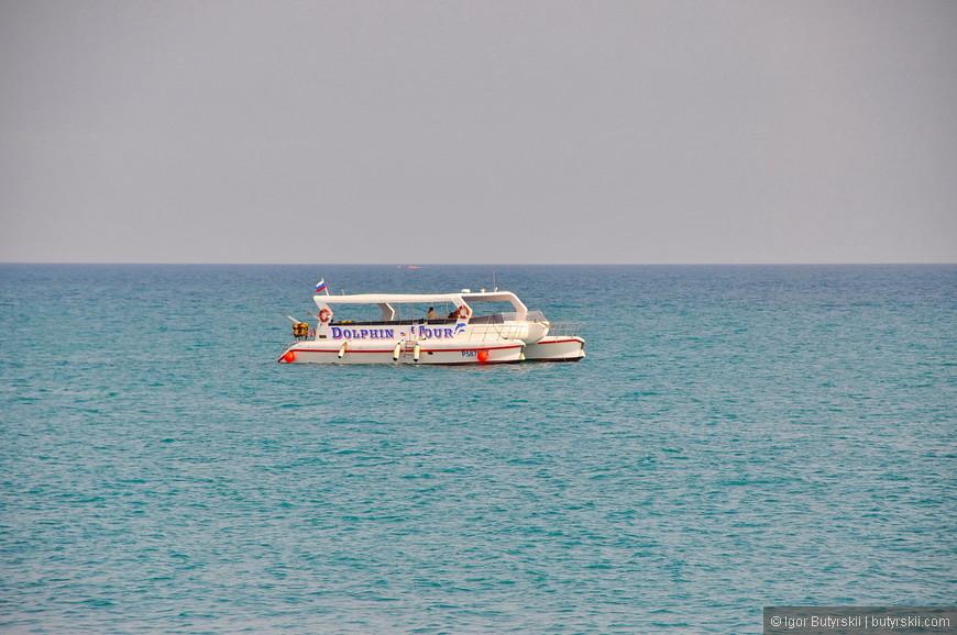 10. Кораблики зазывают на морскую прогулку на 1-2 часа с купанием в открытом море. Вода там прозрачная и много рыб. Стоимость – около 200 рублей с носа.