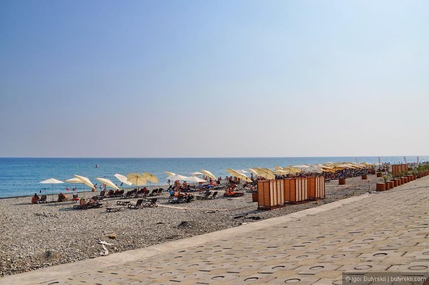 23. Фирменный пляж. Зонтики, лежаки, кабинки для переодевания, душевые. Заходить на такие пляжи абсолютно бесплатно, для не постояльцев отелей (обслуживающих пляж) нет только бесплатного размещения под зонтиками. Душ, туалет, раздевалка – все бесплатно.