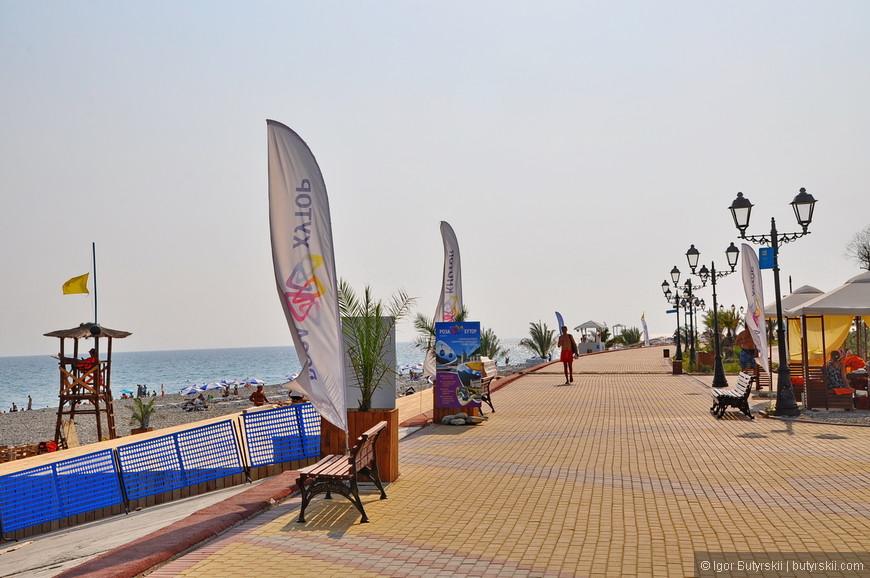25. Фирменный пляж поселка Роза Хутор. Туристов свозят сюда на трансферах из Красной Поляны.