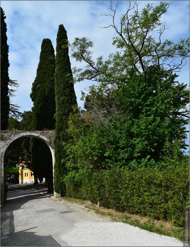 Попасть на территорию замкового парка можно двумя путями. По довольно-таки крутому, но, к счастью, короткому подъему...