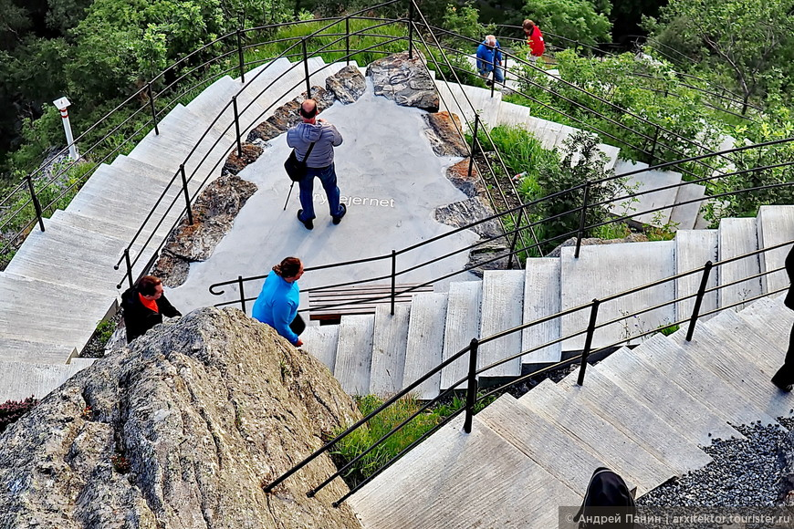 Подняться надо на 418 ступенек. Лестница удобная, со скамеечками для отдыха и промежуточными площадками. Наверху есть кафе.