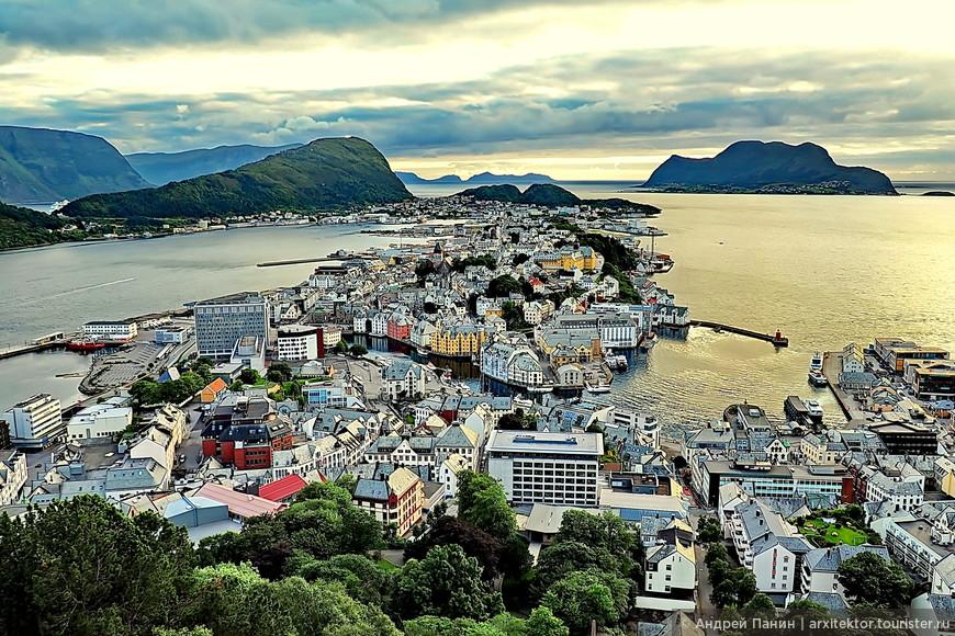 Как видим, город расположен на островах. Справа на горизонте течет Гольфстрим по Атлантическому океану. Слева начинается один из фьордов.