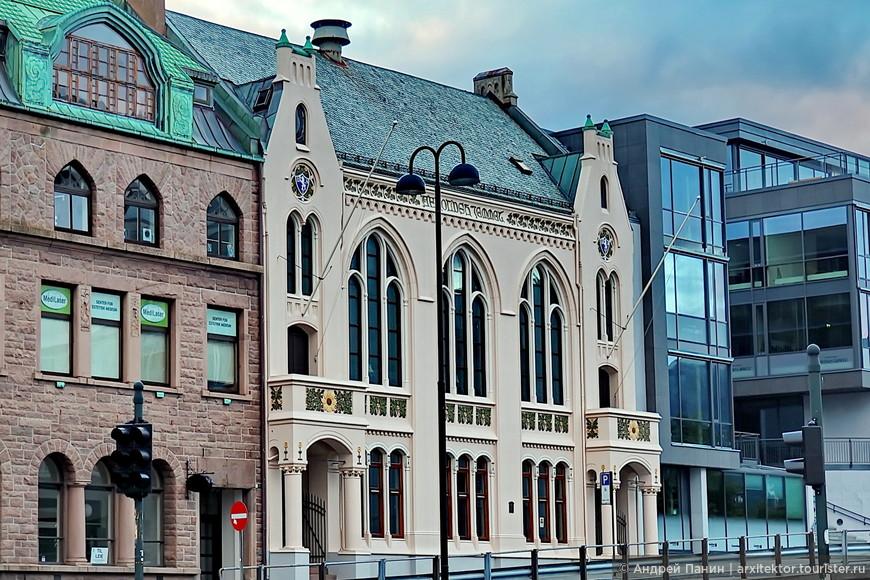 Как мы видим на этом примере, автор светлого здания соединил в одном фасаде арочные и круглые окна готической эпохи и растительный орнамент Модерна. А почему бы и нет? Пропорции  членения здания - один из основных инструментов архитектора, который позволяет создать красоту не зависимо от стиля.