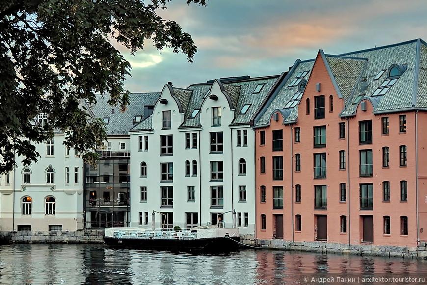 Это место - пролив между островами. Напоминает Венецию. На фронтонах зданий, вверху треугольных щипцов видны балки, с помощью которых раньше поднимали улов прямо с лодок в дом. Подобные элементы напомнили Амстердам.