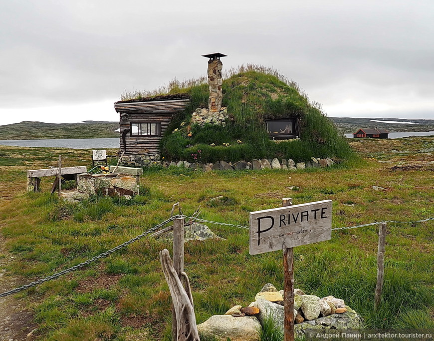 Начинали знакомства с Норвегией мы на высокогорном плато. Здесь даже не поселение. Стоит вот такой домик-землянка, частный. И еще похожий домик с сувенирами.