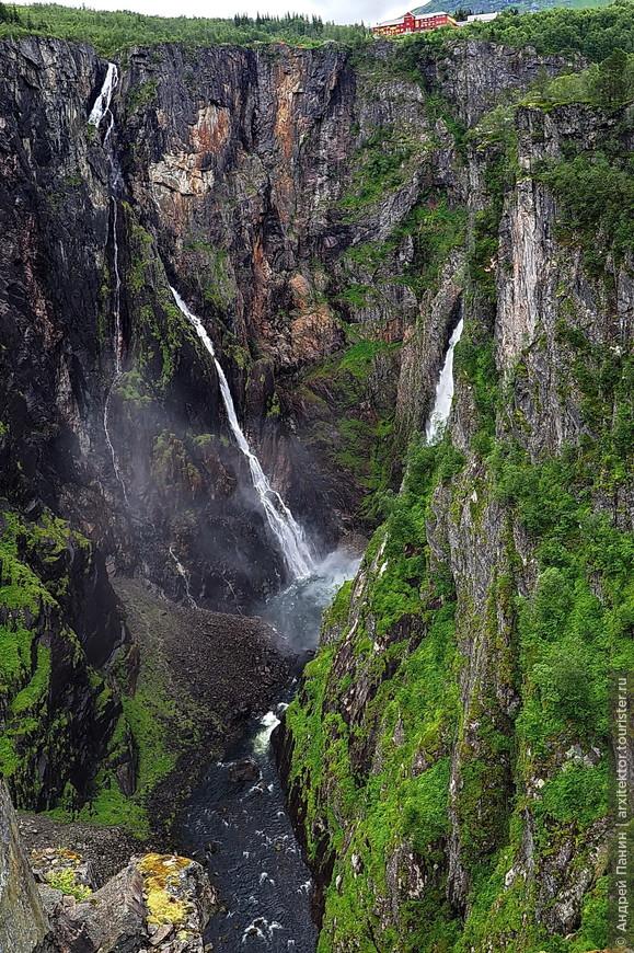 А это остановка у первого водопада. Называется Верингфоссен. Высота оооочень большая. Вниз смотреть страшно.