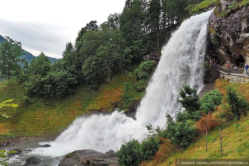 Остановка у водопада Стейндальсфоссен. Сюда каждый год приезжал погулять немецкий кайзер Вильгельм II. А так активно этот водопад посещают потому, что можно пройти внутри.