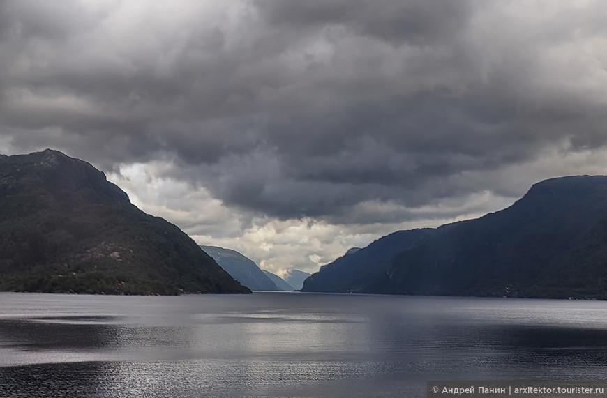 Погода во фьордах разная, но вода чаще всего спокойная. Горы закрывают от ветра.