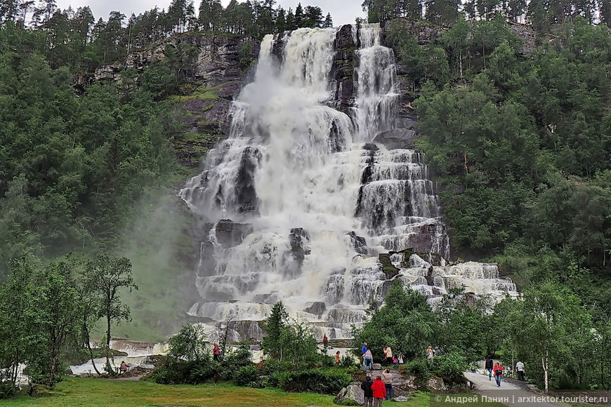Потрясающе красивый водопад Твиндефоссен. Можно стоять и любоваться часами. Кстати, нам повезло с погодой этим летом. В более сухое и жаркое лето водопады выглядят более хилыми.