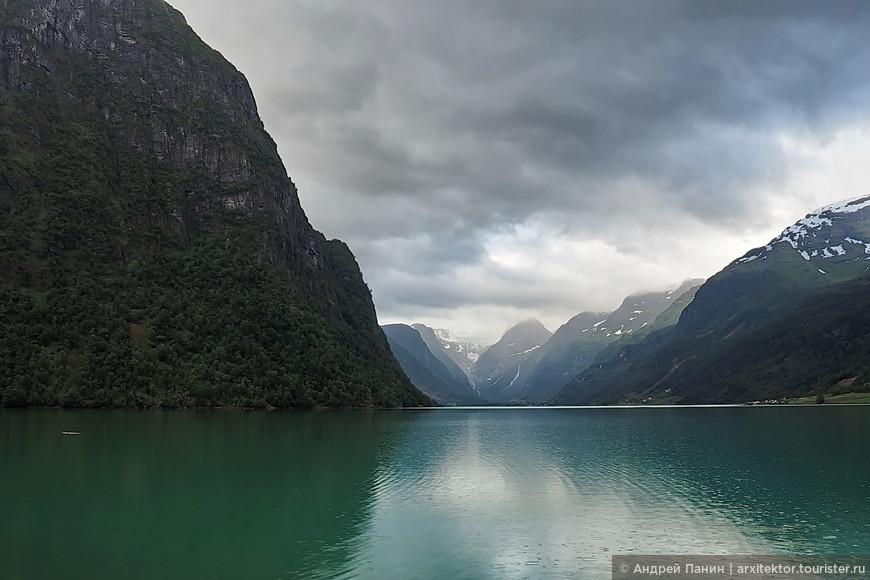 Перед вами высокогорное озеро. Так сказать недоделанный фьорд. Вон там, в самом центре и самом далеке находится Ледник, к которому мы едем.