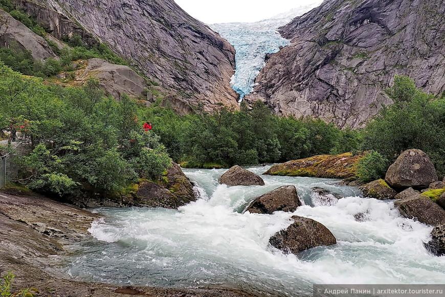 Увы, ледник тает. Кто не поторопится - может не застать. За 100 лет он растаял метров на 200. Близко ко льду не пускают - опасно. Из ледника течет река. Сначала она спокойна как озеро. Потом разгоняется на уклоне и обрушивается вниз водопадом.