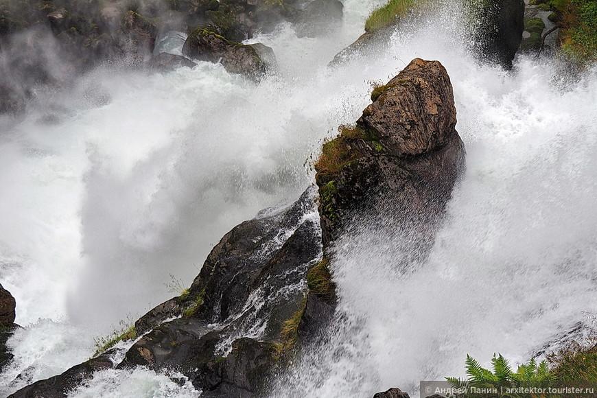 Когда смотришь как тонны воды ежесекундно низвергаются в пропасть, часами, годами, столетиями - невозможно представить размеры источника.