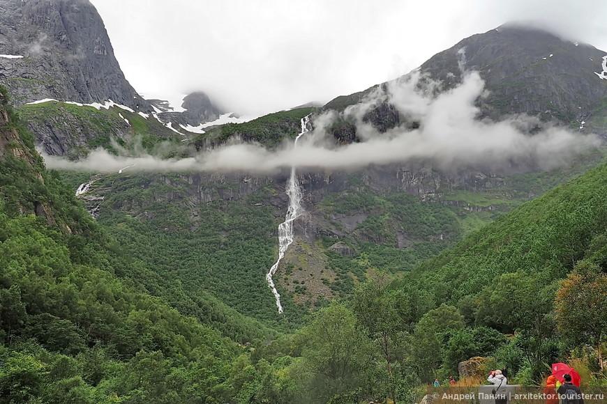 Одинокое тонкое длинное облако затерялось в горах.