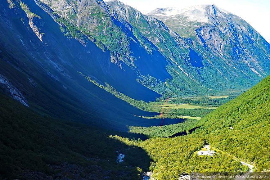 Этот вид - как бы фьорд без воды. Как нам объясняла гид, фьорд отличается от каньона профилем. У фьорда он в виде буквы U. Так его формирует ледник. А у каньона, образованного рекой, форма профиля в виде буквы V.