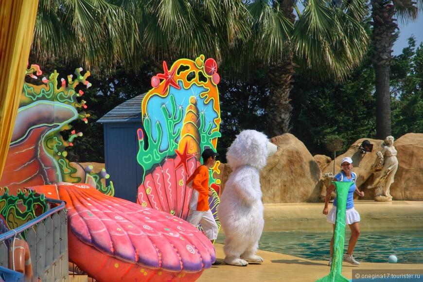 Пока идет шоу, по берегу танцует и прыгает группа поддержки, наряженная в самые несусветные костюмы.