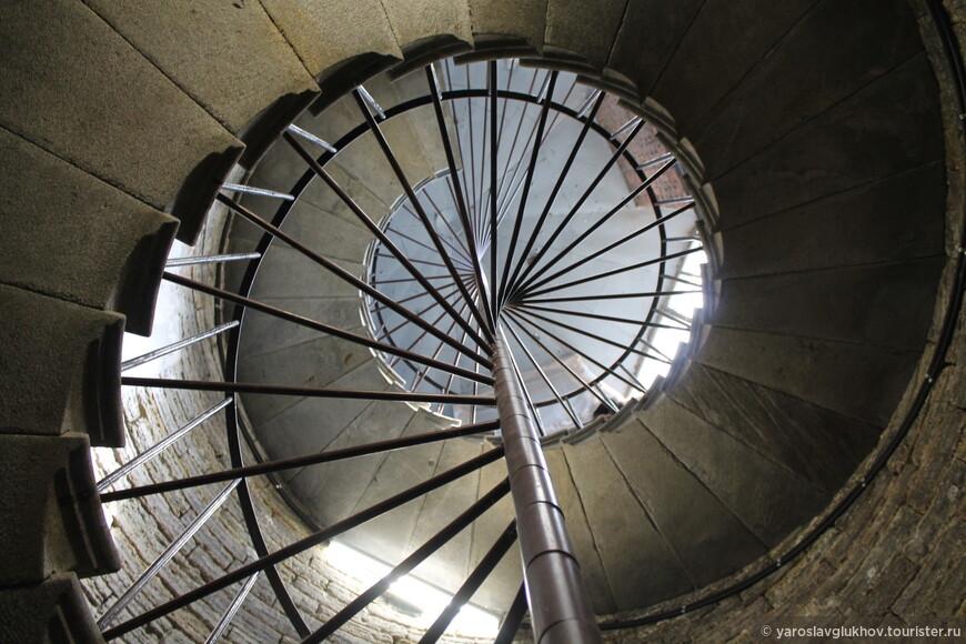По винтовой лестнице нужно преодолеть около 150 ступенек, чтобы попасть на колоннаду Исаакиевского собора.