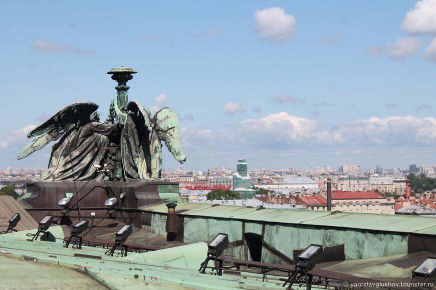 Ангелы и вид на Васильевский остров и Петроградскую сторону. Зелёные леса на шпиле — это Кунсткамера.