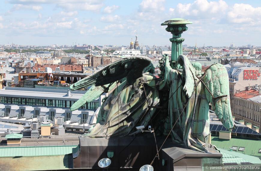 Ангелы и панорама центра Санкт-Петербурга. Отсюда видно Спас-на-Крови, Михайловский замок и Смольный собор.