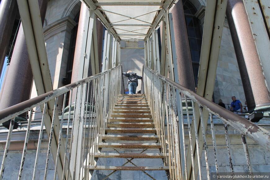 Вот по такой лестнице нужно подняться на колоннаду.
