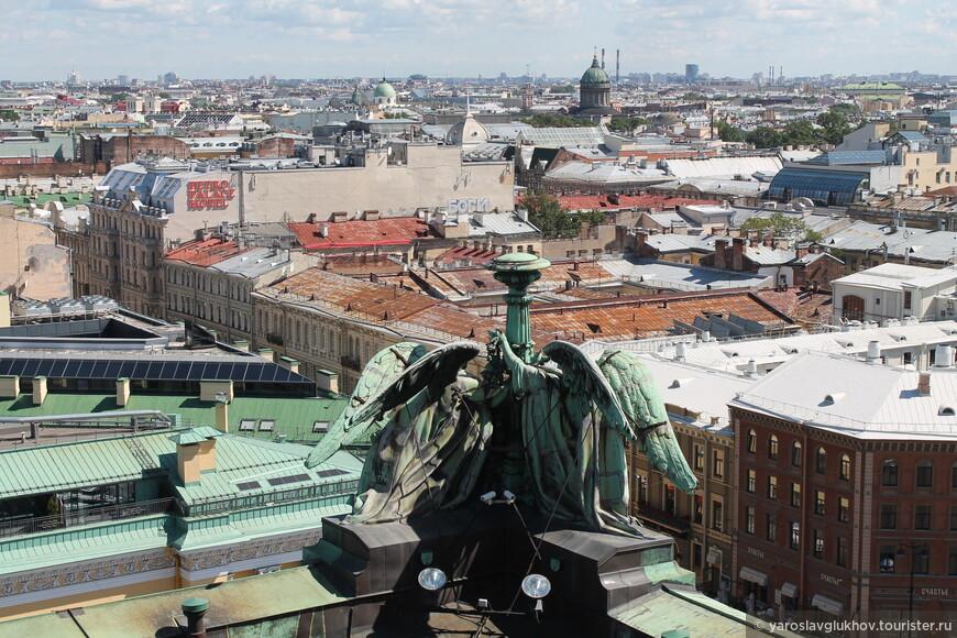 А здесь вдалеке виден Смольный и Казанский соборы.