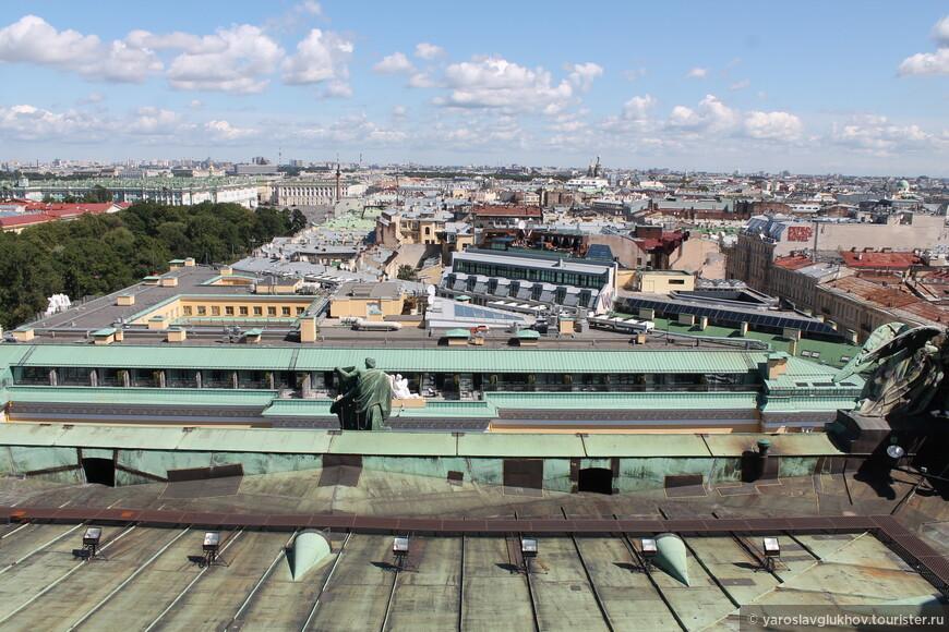 С высоты колоннады виден весь центр города, а ещё очень интересно посмотреть, что же находится на крышах Санкт-Петербурга.