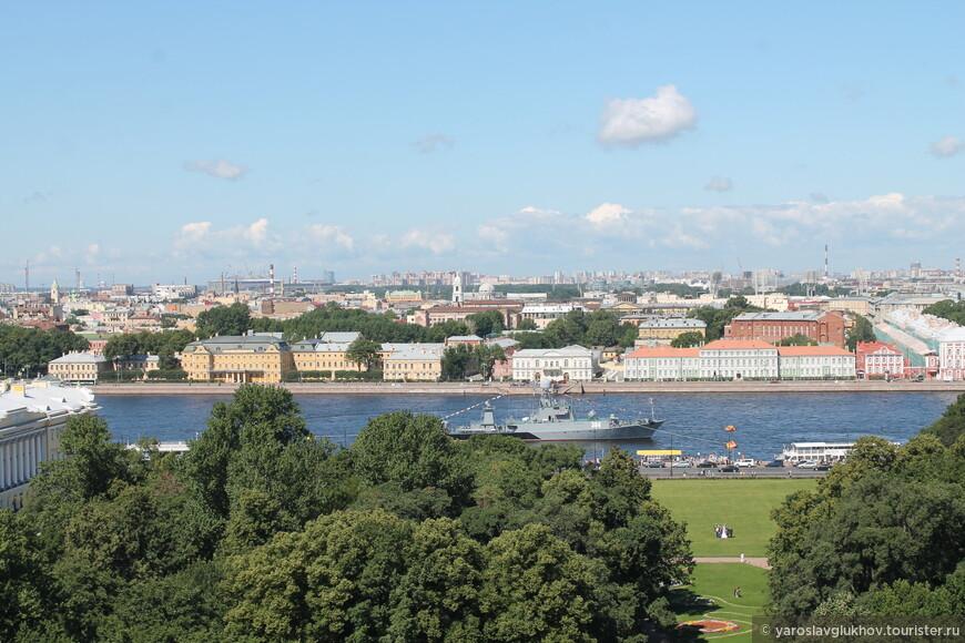 Вид на Васильевский остров и военные корабли, которые были здесь по случаю Дня ВМФ. На дальнем плане можно различить строящийся Футбольный стадион к Чемпионату мира по футболу в 2018 году.