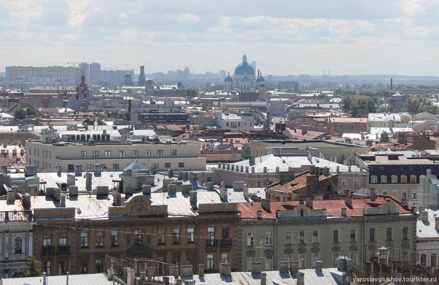 Вид на Свято-Троицкий Измайловский собор с куполом цвета неба.