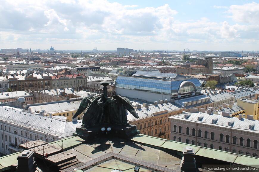 Троицкий и Никольский Морской соборы. Стеклянное здание на переднем плане - это отель Rennaissance St. Petersburg Baltic Hotel.