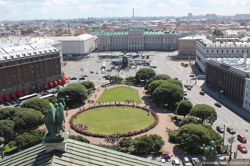 Вид на Исаакиевскую площадь с колоннады Исаакиевского собора. Так было в 2015 году.
