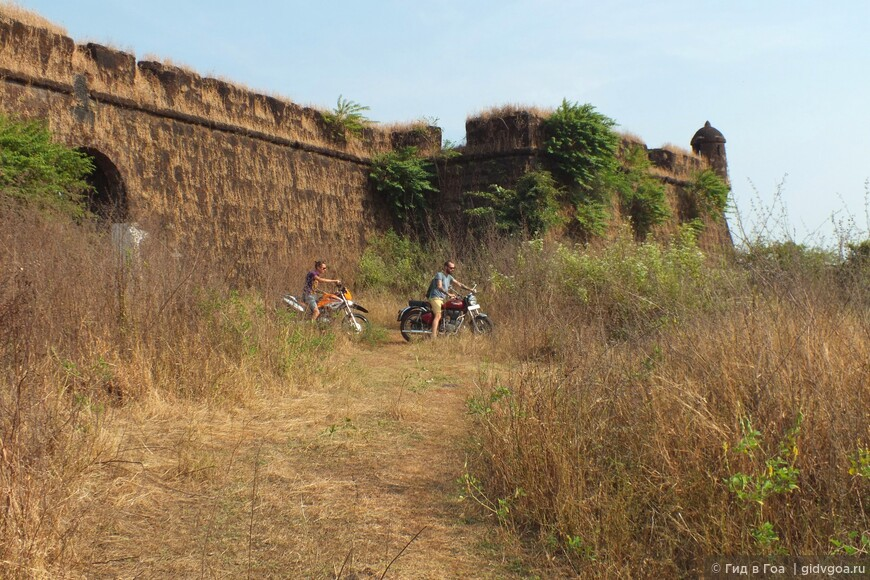 Артём и Василий у Коржиемского форта во время мотобайк-тура по Северному Гоа.