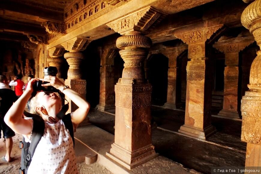 Виктория Шаширина в пещерном храме Бадами.