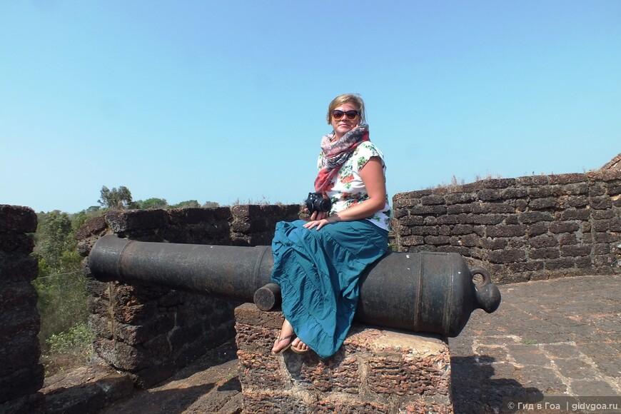 Анна из Санкт-Петербурга позирует на пушке в Форте Рейст Магос