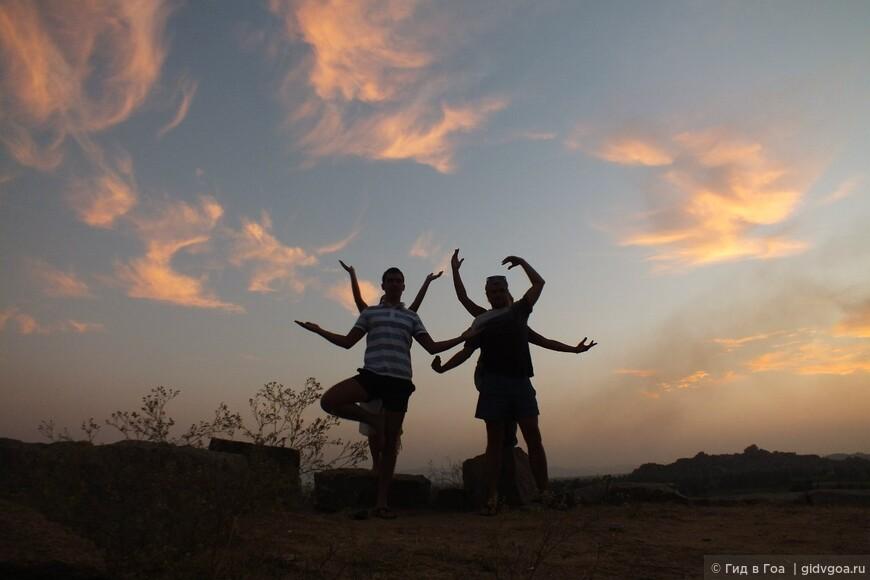 Туристы из Перми. Закат на холме Хемакута. Хампи. 2013 год.