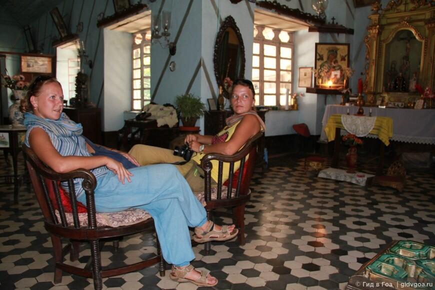 """Обе Natashionalgeographic в гостиной виллы Фернандес во время разработки экскурсии """"Португальское наследие Гоа"""". Чандор, Гоа."""