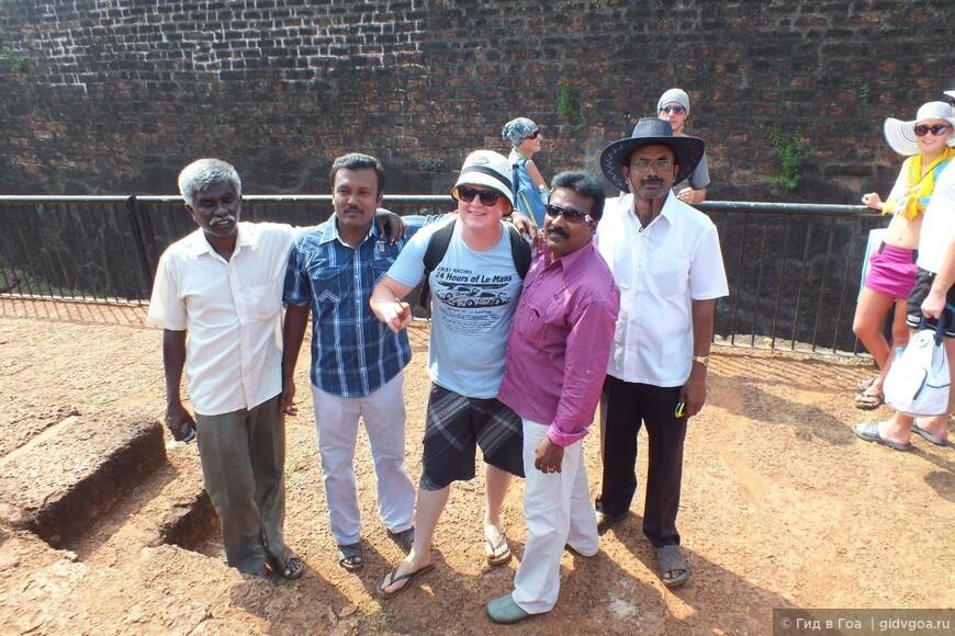 Встреча туристов из разных стран во время экскурсии на форт Агуада