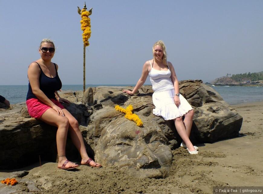 Алина и Дарья из Казани на пляже Вагатор у лица Шивы