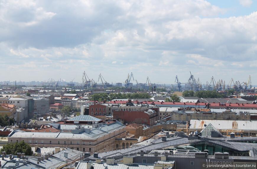 Вдалеке виднеется порт, а также разные-разные совсем непохожие друг на друга крыши, дворики и улица, арки и каналы, кафе и рестораны.