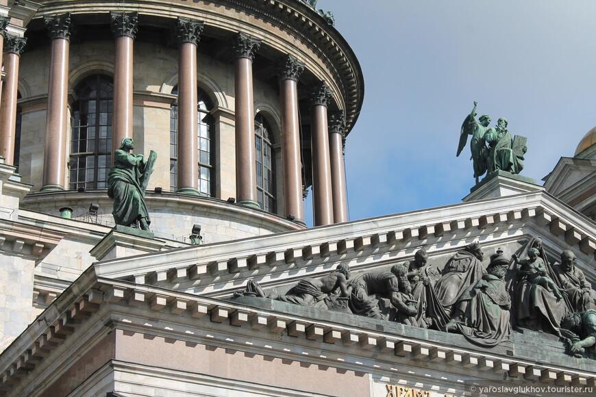 Колоннада находится в левой стороне кадра. Туда мы с вами и поднимемся. Отсюда же видны скульптуры Апостолов.