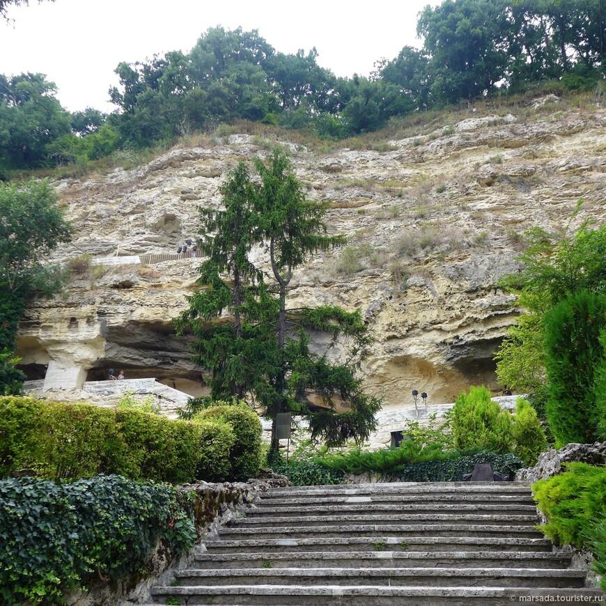 Итак, подходим к самому монастырю. Помещения высечены в двух уровнях в природной известковой скале.