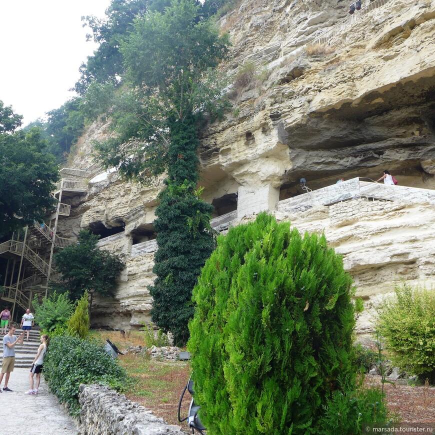 Считается, что около 12 миллионов лет тому назад в мягких известковых породах сформировались естественные пещерные образования - а уж потом там начали селиться отшельники.
