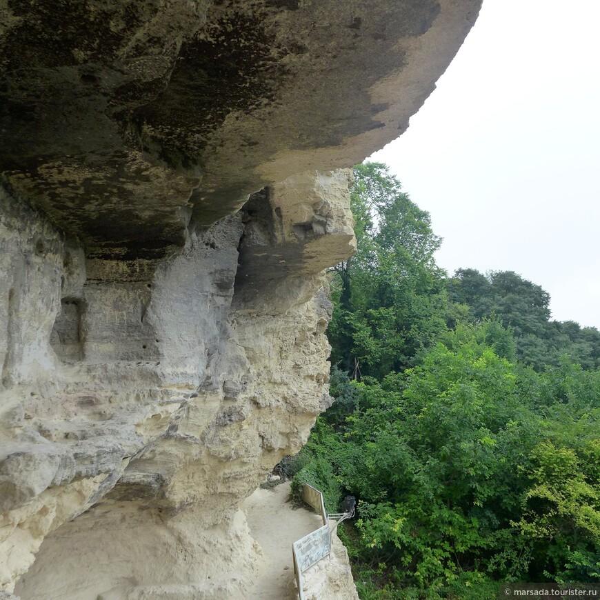 Из окон келий открывается великолепный вид  где то на скалы, где-то на монастырский парк, а где-то даже на море (только из часовни, со второго яруса)