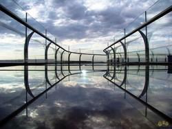 Стеклянный мост над пропастью - новый аттракцион в Китае