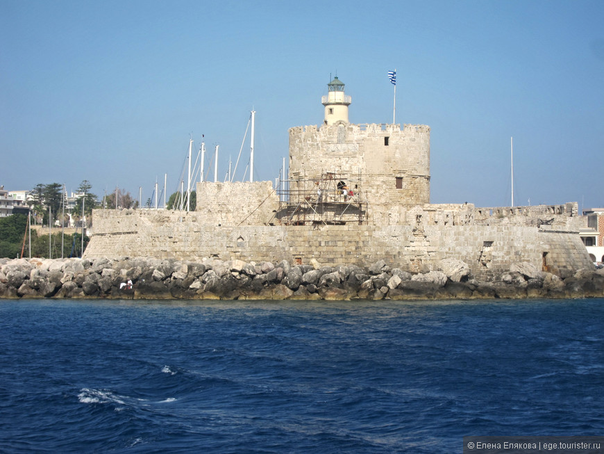 Крепость с маяком со стороны моря, а олень - символ Родоса, виден только со стороны города.