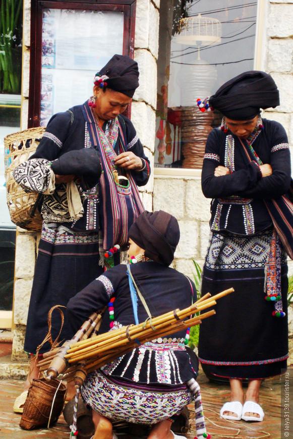 Женщины в национальных костюмах провинции SAPA Северный Вьетнам