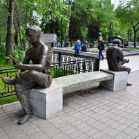 04. В одном из городских парков сделали целую выставку «новых русских скульптур». Здесь, например, показана связь поколений (или их разрыв).