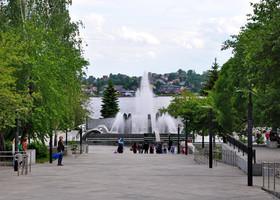 06. Спуск к фонтану и набережной. К сожалению последняя на всем своем протяжении была закрыта на реставрацию.
