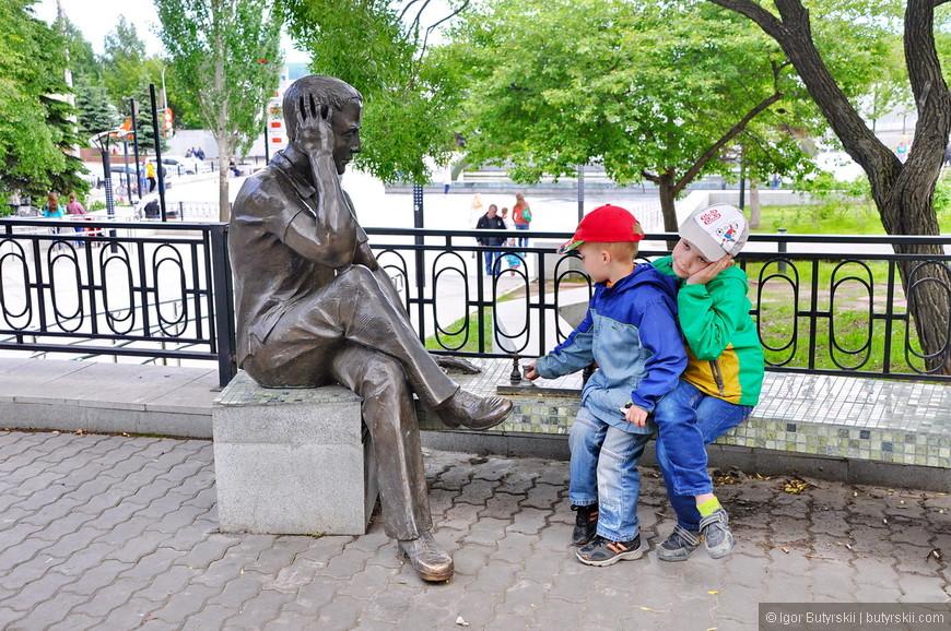 07. Мальчик в зеленом обладает большей артистичностью, чем выведенный скульптором шахматист. Потому что делают «на количество». Но хотя бы эксклюзив, вон, в Челябинске и Нижнем Новгороде вообще одинаковые скульптуры поставили.