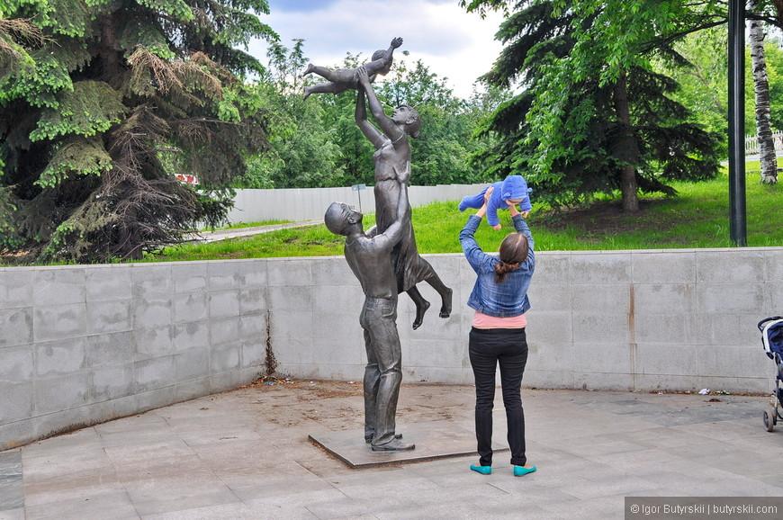 13. Композиция «Семья». Посмотрите как нереалистично держит муж жену. Скульптор, наверное, никогда женщин не поднимал.