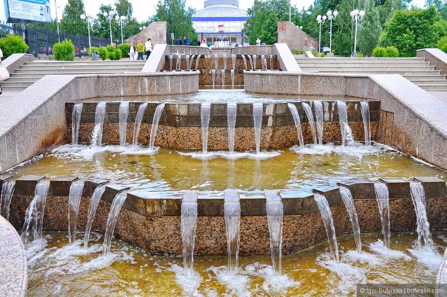 18. Каскадный водопад возле цирка. В городе много пешеходных общественных пространств.